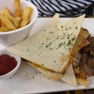 F餐 – 澳洲燒羊仔扒+薯仔片/焦糖洋蔥/車打芝士醬黑西哥式夾餅+香料炸薯條 - 位於荃灣的王子廚房 (荃灣) | 香港