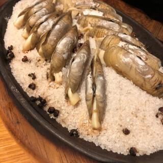 鐵板鹽焗蟶子 - ใน銅鑼灣 จากร้านPUTIEN (銅鑼灣)|ฮ่องกง