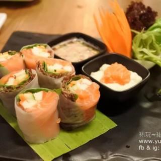 鮮草拌三文魚卷 -  dari Siam Brasserie (氹仔舊城區) di 氹仔舊城區  Macau